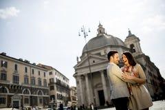 Jeunes couples dans l'amour étreignant la pose devant le Panthéon dedans Photographie stock libre de droits