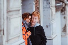 Jeunes couples dans l'amour, étreignant dans la vieille partie de la ville Photographie stock libre de droits