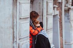 Jeunes couples dans l'amour, étreignant dans la vieille partie de la ville Image libre de droits