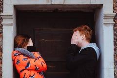 Jeunes couples dans l'amour, étreignant dans la vieille partie de la ville Photos stock