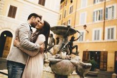 Jeunes couples dans l'amour étreignant près des fontaines à Rome Images stock