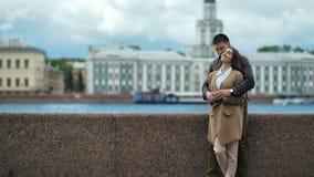 Jeunes couples dans l'amour, étreignant sur la rue banque de vidéos