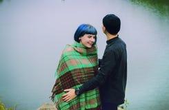 Jeunes couples dans l'amour, étreignant sur le fond de l'eau Image libre de droits