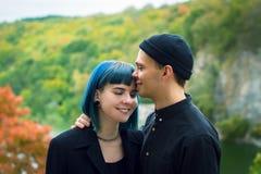 Jeunes couples dans l'amour, étreignant sur le fond de l'eau et de la rivière d'automne Photographie stock libre de droits