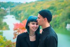 Jeunes couples dans l'amour, étreignant sur le fond de l'eau et de la rivière d'automne Images libres de droits