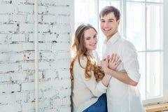 Jeunes couples dans l'amour Images libres de droits
