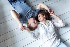 Jeunes couples dans l'amour Images stock