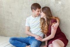 Jeunes couples dans l'amour Photo libre de droits
