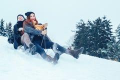 Jeunes couples dans l'amour appréciant des vacances d'hiver et ayant l'amusement un jour neigeux d'hiver Image stock