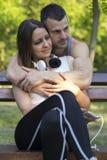 Jeunes couples dans l'amour appréciant en nature Images libres de droits