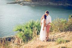 Jeunes couples dans l'amour appréciant la vue sur un cap en Thaïlande Photo libre de droits