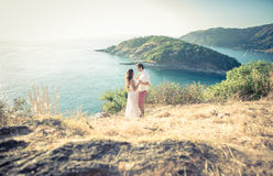 Jeunes couples dans l'amour appréciant la vue sur un cap en Thaïlande Photo stock