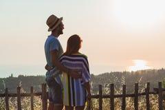 Jeunes couples dans l'amour appréciant le coucher du soleil Image libre de droits