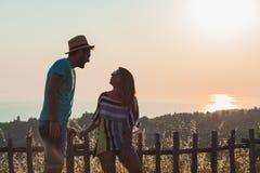 Jeunes couples dans l'amour appréciant le coucher du soleil Images libres de droits
