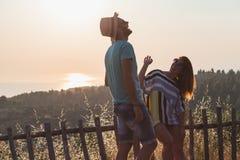 Jeunes couples dans l'amour appréciant le coucher du soleil Photos libres de droits