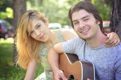 Jeunes couples dans l'amour appréciant un jour ensoleillé Photo libre de droits