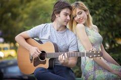 Jeunes couples dans l'amour appréciant un jour ensoleillé Images stock