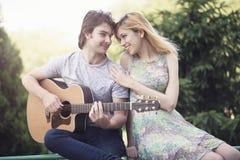Jeunes couples dans l'amour appréciant un jour ensoleillé Photos stock