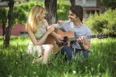 Jeunes couples dans l'amour appréciant un jour ensoleillé Image libre de droits