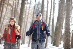 Jeunes couples dans l'amour augmentant ensemble en hiver Image stock