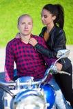 Jeunes couples dans l'amour avec la rétro moto Image stock