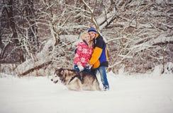 Jeunes couples dans l'amour avec le chien extérieur Photographie stock