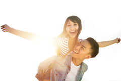 jeunes couples dans l'amour avec le fond de lumière du soleil Photo libre de droits