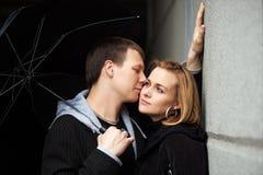 Jeunes couples dans l'amour avec le parapluie Photos libres de droits