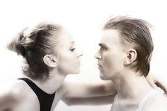 Jeunes couples dans l'amour avec le renivellement brillant Images libres de droits