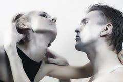 Jeunes couples dans l'amour avec le renivellement brillant Images stock