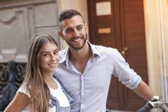 Jeunes couples dans l'amour avec le vélo autour de la ville Photo libre de droits
