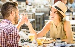 Jeunes couples dans l'amour ayant l'amusement à la barre de bière sur l'excursion de voyage photographie stock libre de droits