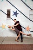 Jeunes couples dans l'amour ayant l'amusement Photographie stock