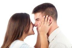 Jeunes couples dans l'amour ayant l'amusement d'isolement sur le blanc Photos libres de droits