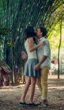 Jeunes couples dans l'amour ayant l'amusement et appréciant la belle nature Photographie stock