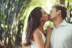 Jeunes couples dans l'amour ayant l'amusement et appréciant la belle nature Photographie stock libre de droits