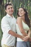 Jeunes couples dans l'amour ayant l'amusement et appréciant la belle nature Photos libres de droits