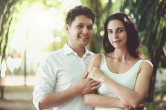 Jeunes couples dans l'amour ayant l'amusement et appréciant la belle nature Image libre de droits