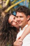 Jeunes couples dans l'amour ayant l'amusement et appréciant la belle nature Image stock
