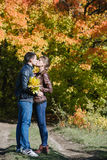 Jeunes couples dans l'amour, baiser Photo libre de droits
