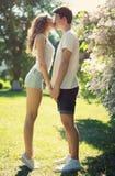 Jeunes couples dans l'amour, baiser sensuel Photos stock