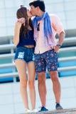 Jeunes couples dans l'amour, baiser sensuel dans la rue Photos libres de droits