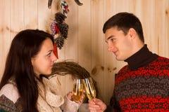 Jeunes couples dans l'amour célébrant avec le champagne Images stock