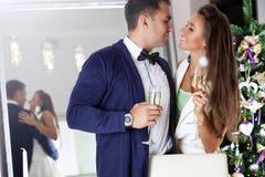 Jeunes couples dans l'amour célébrant Noël Images stock