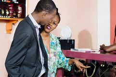 Jeunes couples dans l'amour choisissant des bijoux images libres de droits