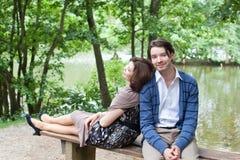 Jeunes couples dans l'amour dans la forêt Image stock