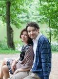 Jeunes couples dans l'amour dans la forêt Photos stock