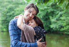 Jeunes couples dans l'amour dans la forêt Photographie stock libre de droits