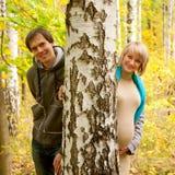 Jeunes couples dans l'amour dans la forêt d'automne. Photographie stock