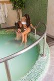 Jeunes couples dans l'amour dans la piscine Photos stock